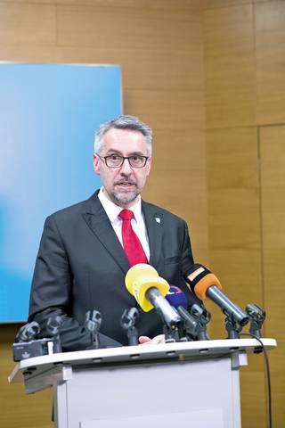 Ministr obrany navrhuje, aby v krizi mohl posílit premiér na úkor parlamentu