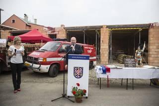 Bohuslav Sobotka před poklepáním na základní kámen nové hasičské stanice v Topolanech.