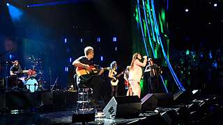 "Nirvana & Lorde Perform ""All Apologies"" At The Rock & Roll Hall Of Fame Induction 2014"