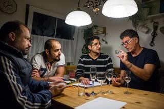 Šéfkuchař Lothar Jacobi domluvil třem mladíkům ze Sýrie brigádu v alpském hotelu v Oberstdorfu, ve své kuchyni je po večerech na budoucí práci připravuje.