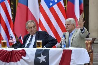 Prezident Zeman není vidět a zemi to prospívá