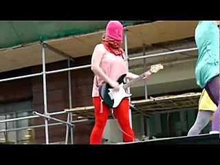 Группа Pussy Riot жжет путинский гламур