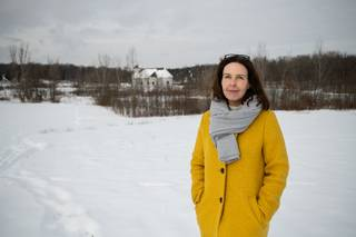 Karin Lednická na místech, kde se odehrává její román Šikmý kostel, leden 2021
