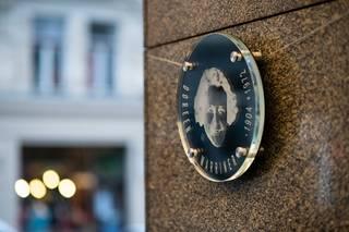 Odhalení pamětní desky Doreen Warriner před hotelem Alcron