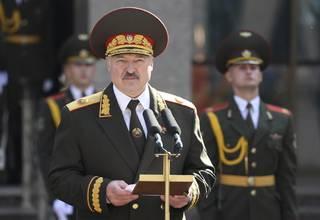 Lukašenka se potají nechal korunovat. Frustrace demonstrantů roste