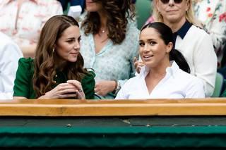 Co prošlo Kate, za to dostávala Meghan přes prsty